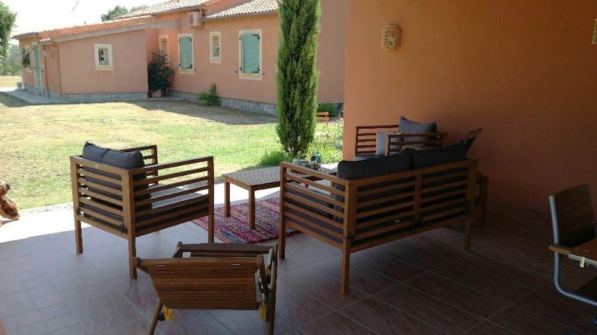 Villa  au calme, entourée de 4000 m2 de verdure.