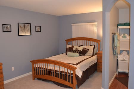 Beautiful private bedroom and bath in Parker!