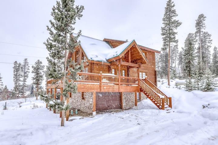Mountain cabin w/ a firepit, full kitchen, gas fireplace, deck, & mountain views