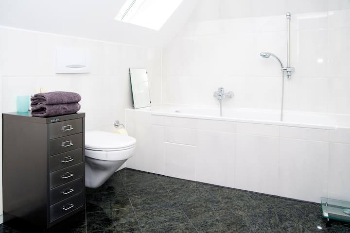 helles Bad mit Fenster