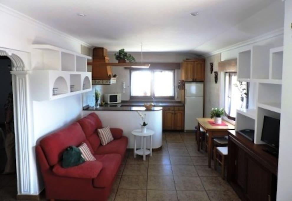 Agradable y funcional zona de estar-comedor y cocina.