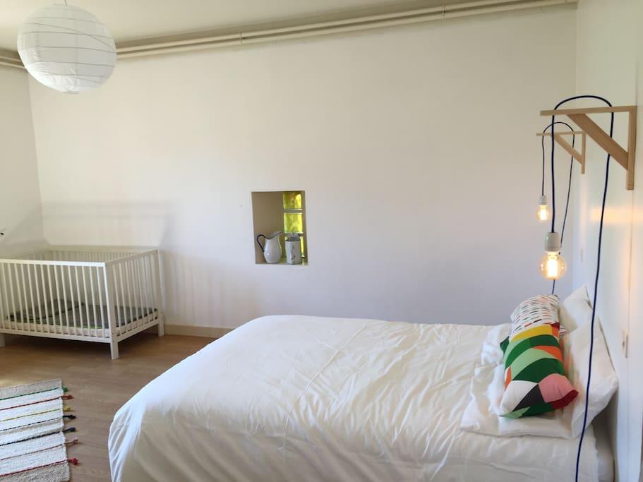 chambre double et lit bebe au RDC