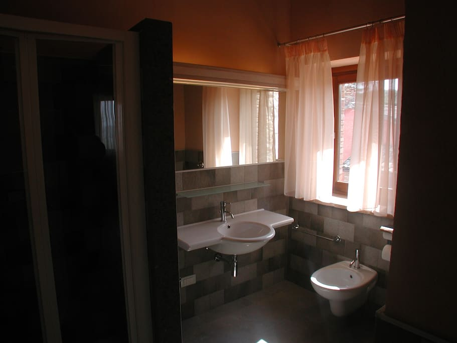 Il bagno qui non utilizza acqua potabile, bensì quella piovana che raccogliamo durante tutto l'anno