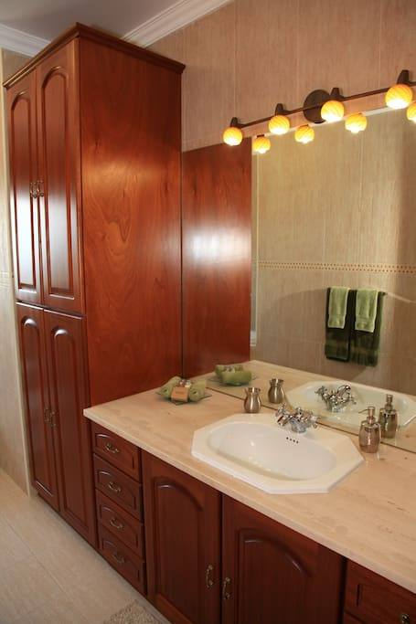 Spacious bathroom (shared only with Oceano Room)