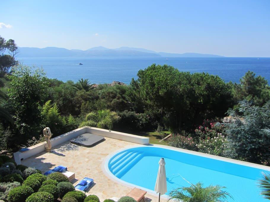 Villa avec piscine face mer sagone maisons louer for Villa a louer en corse avec piscine