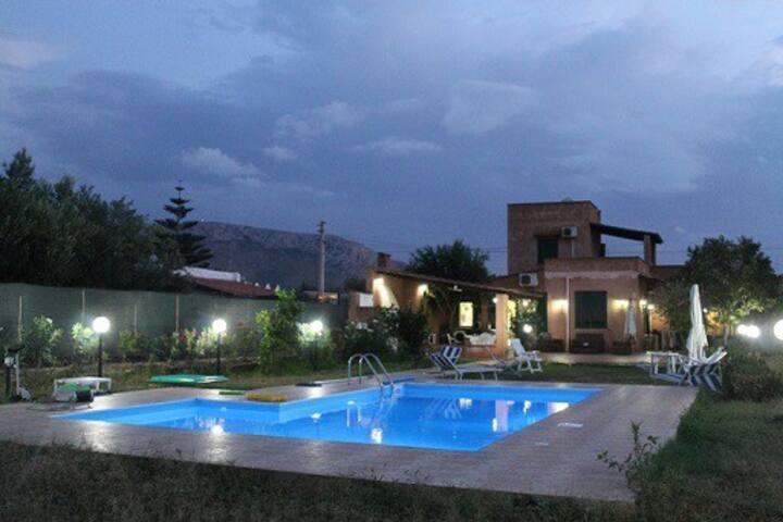Villa con piscina. Sconti a settembre