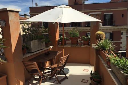 Attico con terrazzo - Roma - Apartamento