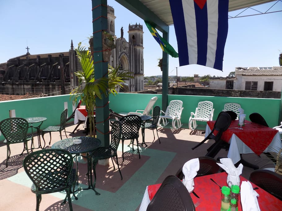 Spacious 100m2 terrace with bar, restaurant and olarium and wonderful views of the city and  mountains in the background. Idela for vacations.Restaurante en terraza con solárium