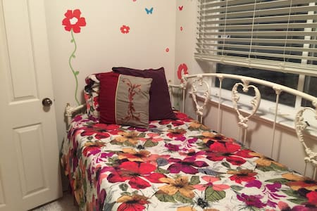 Daybed in our basement, colorful and comfy - Ogden - Bed & Breakfast