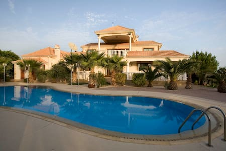 A taste of luxury in Cyprus! - Larnaca - Casa de campo