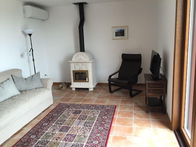 comfortabele zitkamer 22 m2, met zit/slaapbank, en voor koude avonden heerlijke keramische haard, en airco voor de warme avonden/nachten