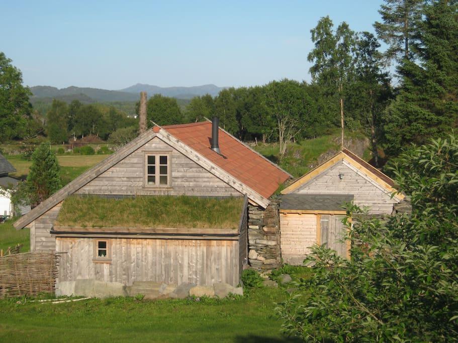 Løen og smalehuset er bygget på tradisjonelt vis
