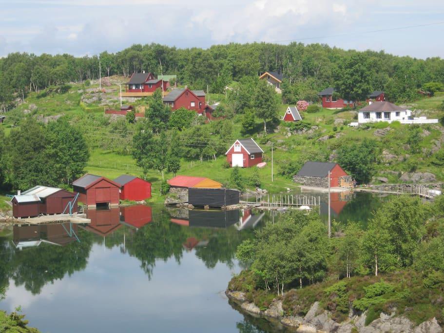 Vågen på Ypsøy med sine tradisjonelle nøst og brygger er godt skjermet for vær og vind