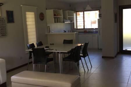 Casa Nueva 700 metros del mar y 300 mts de Carilo - Valeria del Mar - Dům