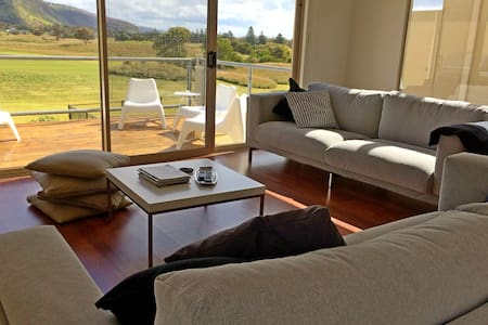 Pet Let 22: Contemporary Golf Course Frontage - Normanville - House