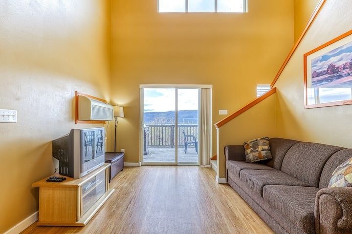 Hillside villa close to Grand Coulee Dam w/ private balcony overlooking lake!
