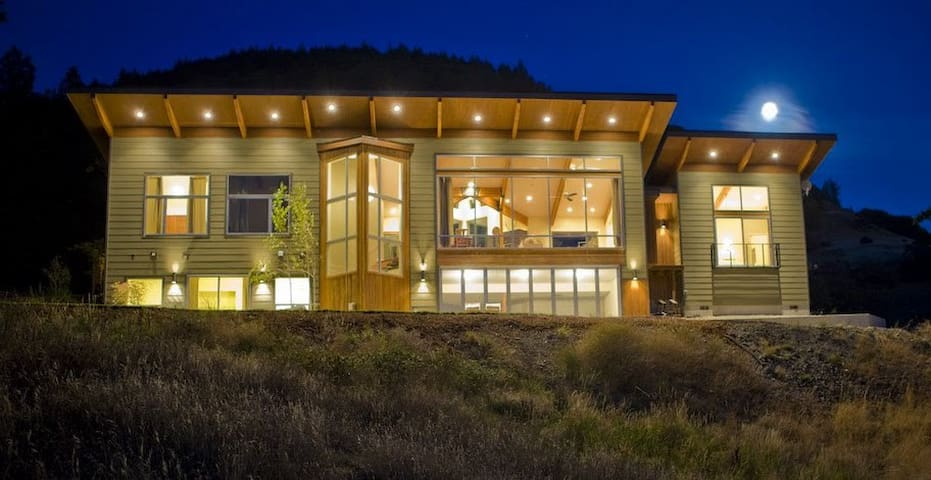 Modern Gorge Retreat