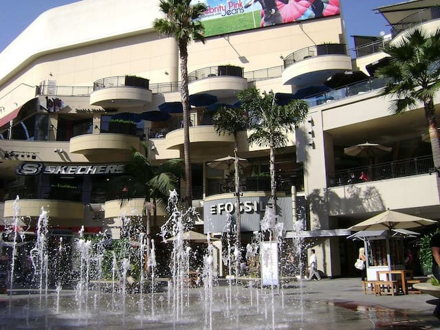 Experience Hollywood! Shopping, dining, museums, nightlife...just 2 miles away...