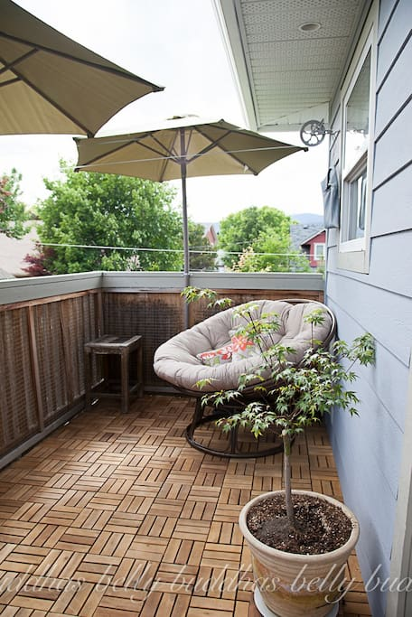 Private deck with courtyard below. Bbq access.