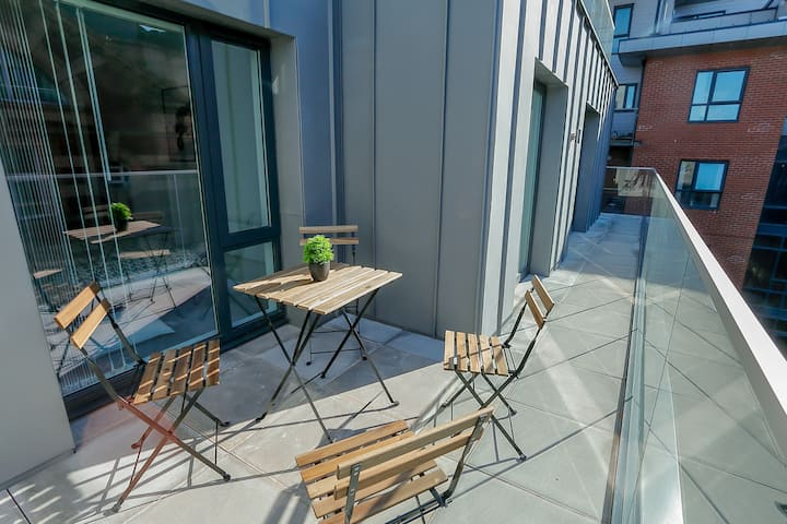 Stylish 2 Bed City Apt- Free Parking + Balcony ✔️