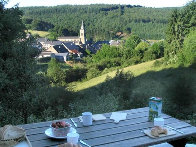 En dit is het uitzicht vanop het terras en vanuit de eetkamer en living !