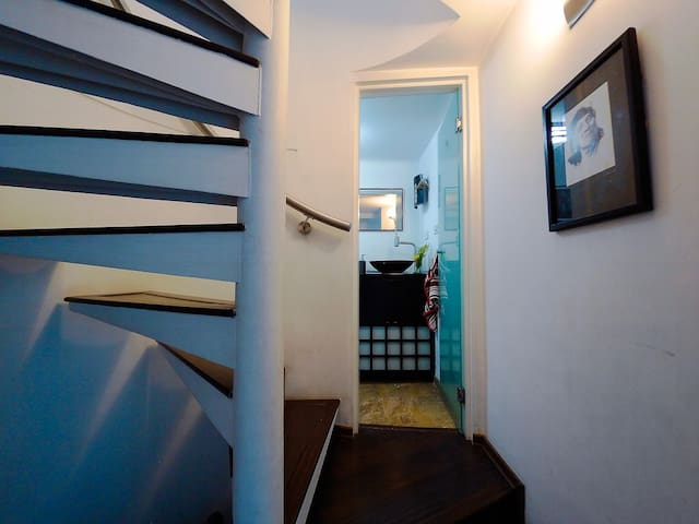 Stairs to 2nd. floor. Social Bathroom. Escaleras al 2do. piso. Baño social.