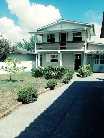 Alugo Casa inteira de 2 pisos a 250 m. da praia.