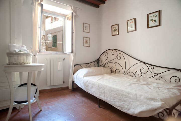 Single room in medieval village - Bibbona