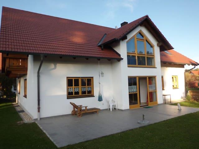 Sehr schöne, helle ,3,5 Z Ferienwohnung - Bayerbach bei Ergoldsbach - Huoneisto