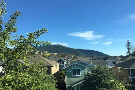 Issaquah Highlands Townhome with views of Tiger Mt - Issaquah