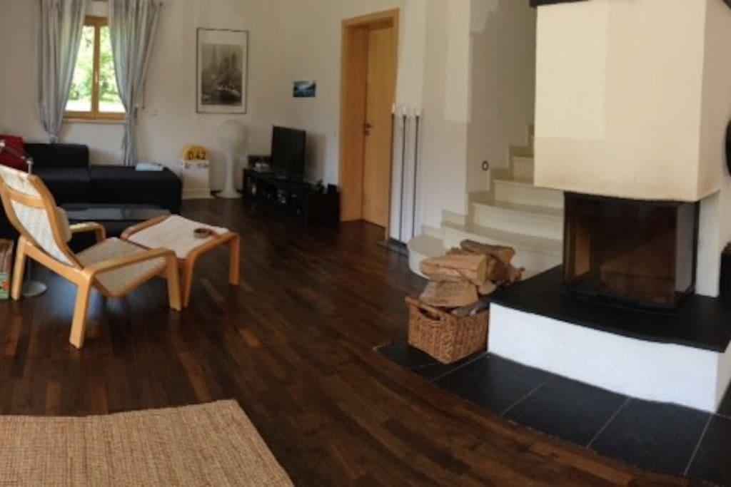 Das großzügige Wohnzimmer mit Kamin