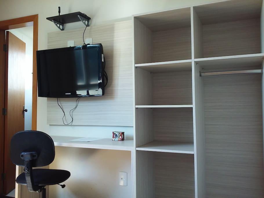 Estudo, TV e armário