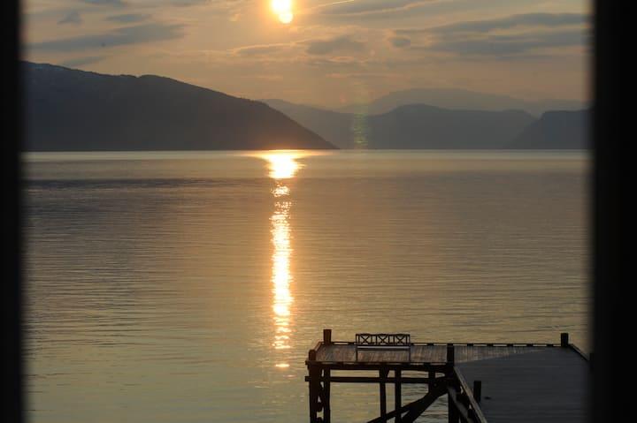 Bu i fjordkanten/ Live close to the fjord