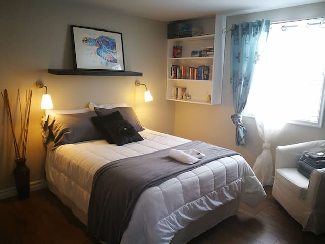 Bright renovated suite downtown with parking