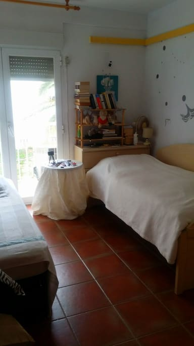 Bedroom with 2 singles bed.