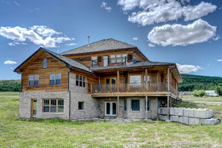 Rustic Luxury Retreat, Heritage Home Near Priddis - Millarville - Rumah