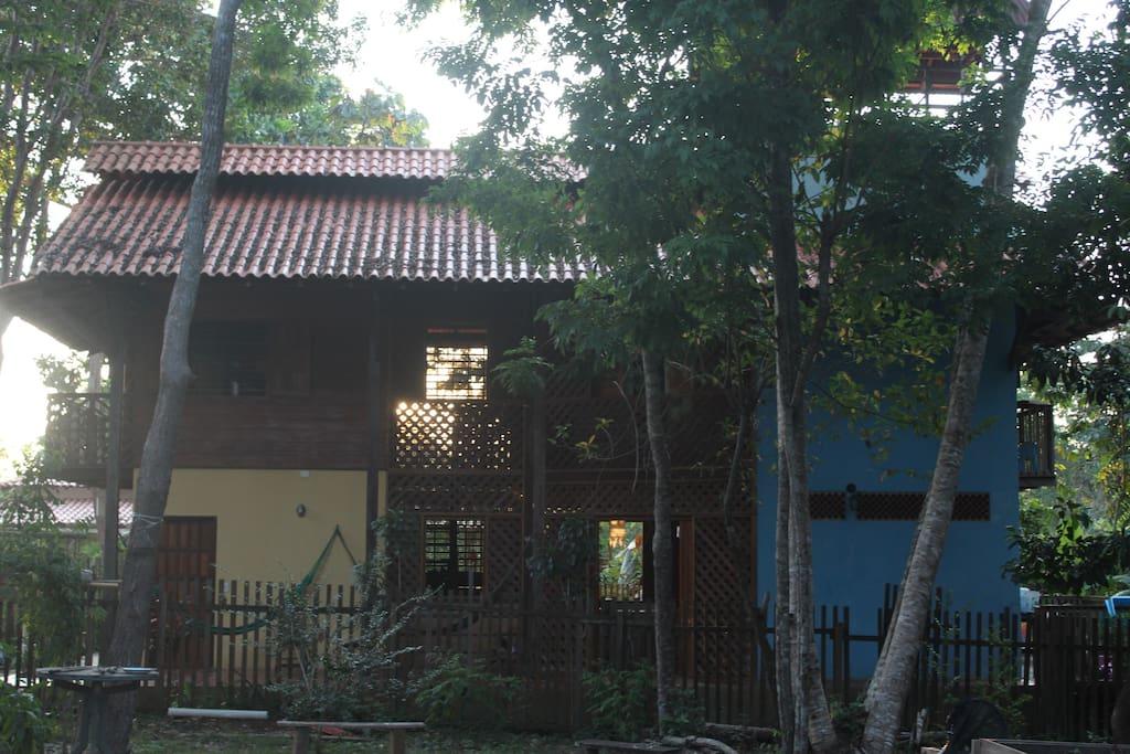 A lateral da casa: de um lado a outro, passa o vento.