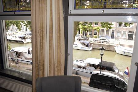 33B12 Excellent apartment  canal view Cent-Utrecht