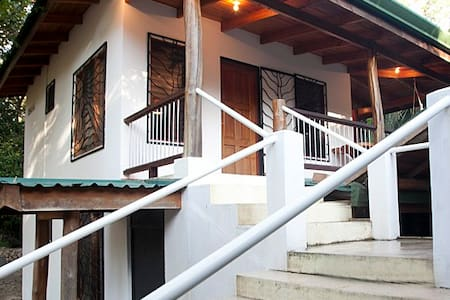 Classic Beach House - Steps to the waves. - Nosara, Playa Guiones - Apartamento