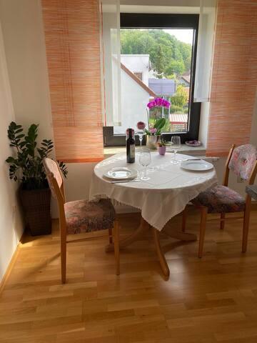 Helle neu renovierte Wohnung/Balkon/Parkplatz