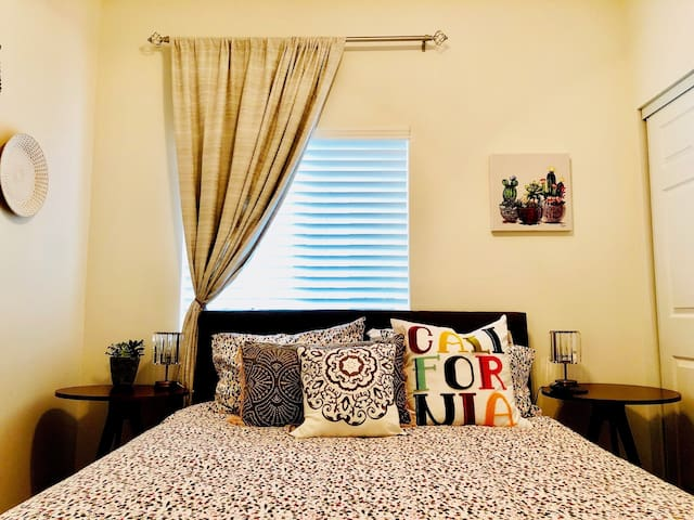 Central SD Priv Bd w/Parking, WiFi, AC & Queen Bed