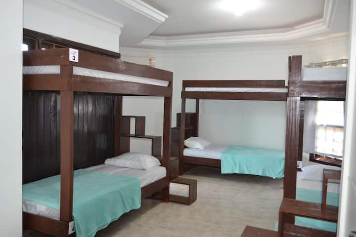 Quarto Hostel Para Até 06 Pessoas , Com Sacada