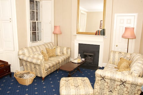 The Lounge has a working gas fireplace and looks out on the Royal Mile, at the very heart of Edinburgh's Old Town with restaurants, shops, street performers and cafes galore!
