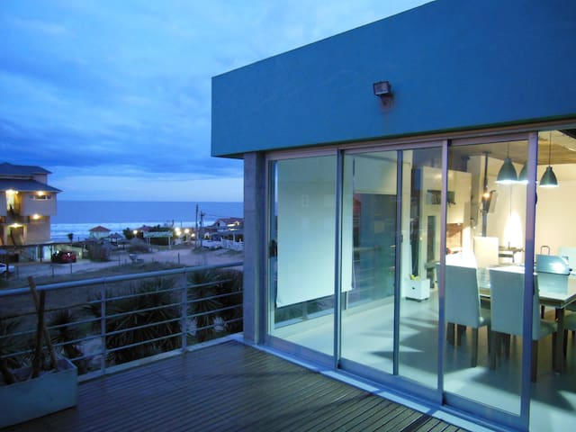 Moderna casa frente a playa Mar de Ostende Pinamar - Ostende - House