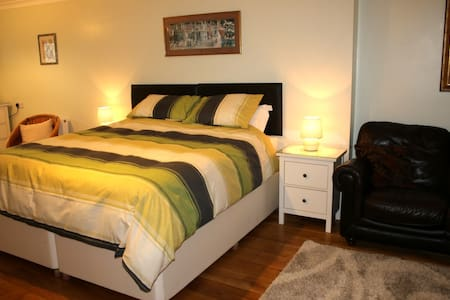 Spacious room with ensuite and off road parking - Суиндон