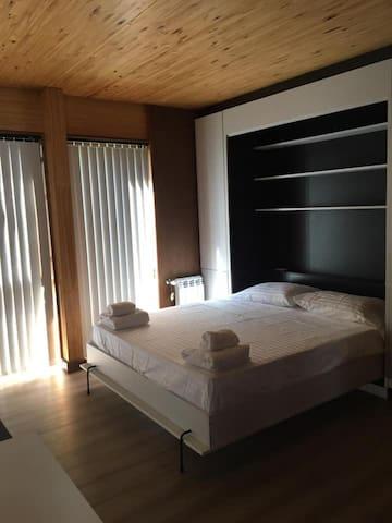 Cama abierta de 1,60 cms x 1,90 cms  x 24 cms  con colchón de alta densidad. Ropa de cama sábanas de algodón de 300 hilos y toallas de algodón de 550 gramos. Frazada de polar , cubre plumón y plumón.