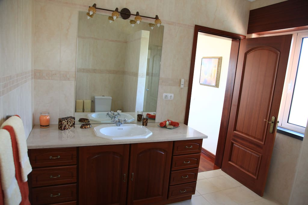 Spacious ensuite bathroom with bidé & shower.