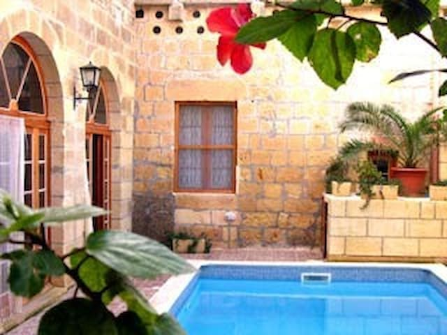 Ta' Zaren Farmhouse with pool - Victoria - Rumah