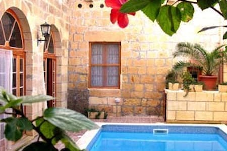 Ta' Zaren Farmhouse with pool