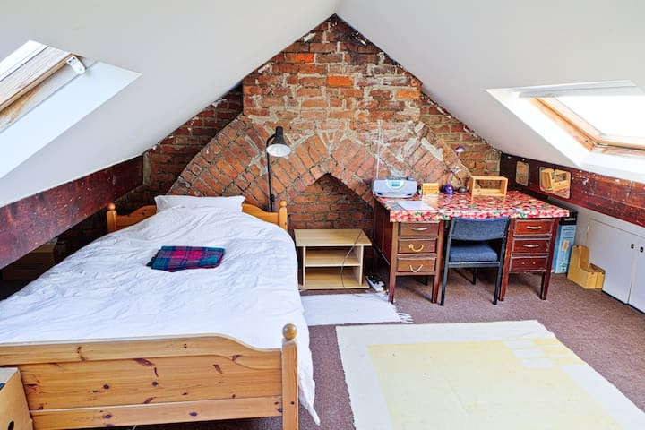 Airy Attic in Leafy Neighbourhood - Cardiff - Bed & Breakfast